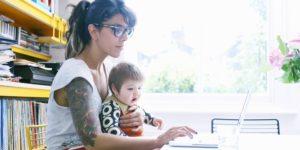 Vous souhaitez vous lancer en affaires, mais désirez gérer votre entreprise dans le confort de votre foyer? Que ce soit une idée à un million de dollars ou simplement un passe-temps qui vous gagne un revenu supplémentaire, voici 10 idées d'entreprise que vous pouvez démarrer à partir de chez vous: Blogging Si vous écrivez bien, votre blog peut être une mine d'or. Les blogueurs gagnent de l'argent de diverses manières, notamment par la publicité et le marketing affilié. Tout ce que vous avez à faire est de générer du trafic sur votre blog afin de gagner de l'argent. Assistant(e) Virtuel(le) Un(e) assistant(e) virtuel(le) fournit généralement une variété de services de soutien aux clients en ligne. Ceux-ci incluent des services de marketing, de conseil et d'administration. Si vous avez tendance à être organisé, vous pourriez proposer vos services en tant qu'assistant virtuel. Garderie Si vous aimez bien les enfants, considérez ouvrir une garderie à domicile. Vous pouvez être sûr d'avoir des clients si vous faites du bon travail. Il convient toutefois de noter que vous allez devoir respecter des règles strictes. Entreprise alimentaire Les personnes qui excellent dans la cuisine peuvent envisager de démarrer une entreprise de produits alimentaires à domicile. Vous pouvez préparer des aliments et les vendre au public à des fins lucratives. Cependant, vous devrez d'abord respecter les règles strictes régissant les activités de production d'aliments à domicile. Facturation médicale Cette activité consiste à fournir des factures et à assurer le suivi des paiements aux médecins et aux hôpitaux provenant de compagnies d'assurance couvrant les patients traités. Les personnes intéressées doivent obtenir une certification en s'inscrivant à un cours de facturation médicale en ligne ou autrement avant de commencer. Garde d'animaux Si vous adorez les animaux, pourquoi ne pas gagner de l'argent en vous occupant des animaux domestiques des autres. Garder des chats et marcher des chie